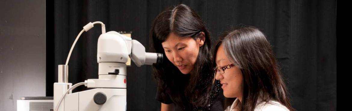 Wendy Mao and student at microscope