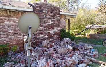 bricks fell from a house because of an earthquake